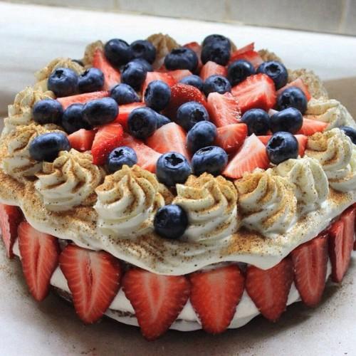 Красивый торт на бисквите