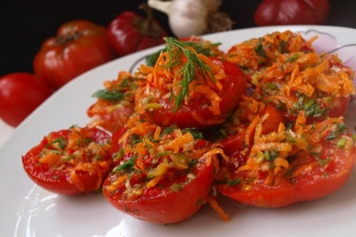 Квашеные помидоры с овощной заправкой